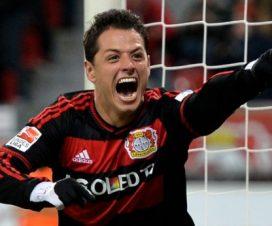 Chicharito festejando un golncon el Beyern Leverkusen